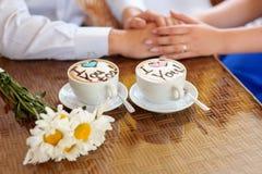 Koppar kaffe med ord älskar jag dig Royaltyfri Foto