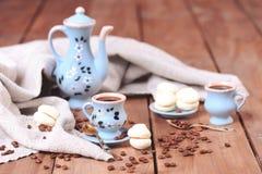 Koppar kaffe med sötsaker Arkivbild
