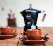 Koppar kaffe och en kaffekruka Fotografering för Bildbyråer