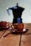 Koppar kaffe och en kaffekruka Arkivbild