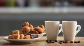 Koppar kaffe och kakor Royaltyfria Foton