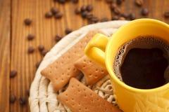 koppar kaffe och kex Arkivfoto