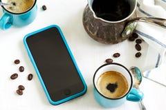 Koppar kaffe och mobiltelefon på tabellen Fotografering för Bildbyråer