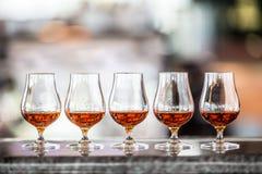 Koppar med en drink för för konjakromkonjak eller whisky arkivfoto