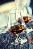 Koppar med en drink för för konjakromkonjak eller whisky arkivfoton