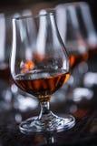 Koppar med en drink för för konjakromkonjak eller whisky fotografering för bildbyråer
