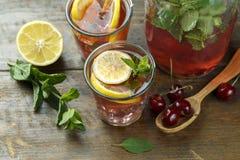 Koppar med en körsbärsröd drink royaltyfria foton