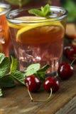 Koppar med en körsbärsröd drink arkivfoto