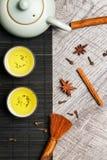 2 koppar med japanskt grönt te på en trätabell Arkivbilder
