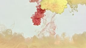 Koppar- och gult färgpulver i vatten Arkivfoton