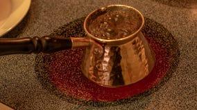 Kopparbriki för grekiskt och turkiskt kaffe, med att laga mat för kaffe arkivfoton