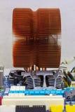 KopparCPU-kylsystem, chipsetelement och ATT RAMMA i springorna på moderkortet fotografering för bildbyråer
