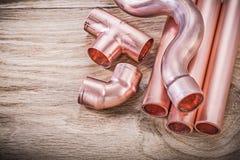 Kopparhjälpmedel för koppling för vattenrör på träbräderörmokeribrassw royaltyfria foton