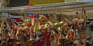 Kopparhorn och lyktor som är till salu på loppmarknaden Royaltyfri Bild