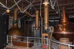 Kopparkrukor för Wash fortfarande och anden som destillerar fortfarande process, Arkivfoto