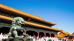 Kopparlejonframdelen av Forbidden City i Peking arkivfilmer