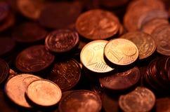 Kopparpengar i 2 och 1 euro cent arkivbild