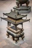 Kopparrökelsekar i en buddistisk tempel - Jing An Tranquility Temple - Shanghai, Kina arkivbild