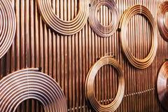 Kopparrör av olika diameter och format för att bära royaltyfri foto