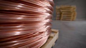 Kopparstång tjock koppartråd som rullas ihop in i en enorm spole Koppar är en av de sällsynta metallerna som överallt används lager videofilmer