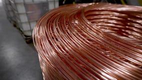 Kopparstång Tjock koppartråd som rullas ihop in i en enorm spole Koppar är en av de sällsynta metallerna som överallt används arkivfilmer