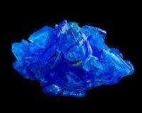 Kopparsulfatchalcanthitekristall som isoleras på svart Royaltyfri Bild