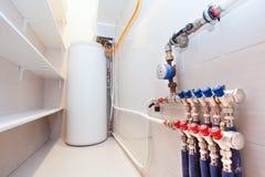 Kopparventiler, rostfria bollventiler och plast-rör på en utrustning för kokkärlrum i lägenhet under under-renovering som omdanar Royaltyfria Foton