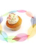 Koppcake med nätt leavesbakgrund arkivfoton
