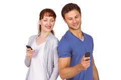 Koppel allebei die telefoongesprekken maken Stock Foto's