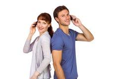 Koppel allebei die telefoongesprekken maken Stock Afbeeldingen