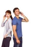 Koppel allebei die telefoongesprekken maken Stock Foto