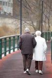 Koppelen de bejaarden het lopen langs een weg De stad van La Vella, Andorra Stock Foto