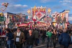 Koppelen de bejaarden in het wijnfestival of Carnaval dat door een menigte van mensen wordt omringd Slecht-Duerkheim, Duitsland - Stock Foto's