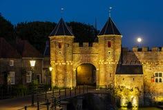 Koppelpoort avec la pleine lune Amersfoort Image libre de droits