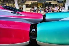 Koppelung einer grünen Reihe E5 und Züge einer der roten Hochgeschwindigkeitskugel der Reihe E6 Shinkansen lizenzfreie stockfotografie