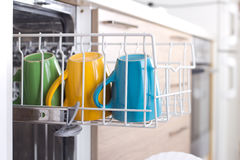 Koppen in afwasmachine Stock Fotografie