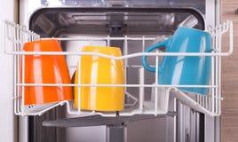 Koppen in afwasmachine Royalty-vrije Stock Afbeeldingen