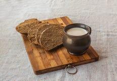 Koppen av mjölkar och rågbröd Fotografering för Bildbyråer