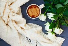Koppen av svart kaffe med mjölkar eller lagar mat med grädde, den vit stack plädet och Arkivfoton