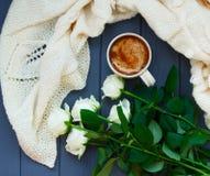 Koppen av svart kaffe med mjölkar eller lagar mat med grädde, den vit stack plädet och Arkivbild