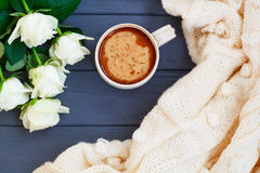 Koppen av svart kaffe med mjölkar eller lagar mat med grädde, den vit stack plädet och Arkivfoto