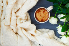 Koppen av svart kaffe med mjölkar eller lagar mat med grädde, den vit stack plädet och Royaltyfri Bild