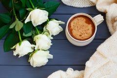 Koppen av svart kaffe med mjölkar eller lagar mat med grädde, den vit stack plädet och Royaltyfria Foton