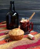 Koppen av varm jul funderade vin royaltyfria foton