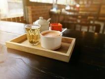 Koppen av varmt mjölkar konstkaffe och te i Thailand Royaltyfri Fotografi