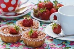 Koppen en cakes met aardbeien Royalty-vrije Stock Afbeelding
