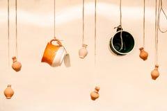 Koppen en kleipotten die op de kabels hangen Royalty-vrije Stock Afbeeldingen