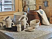 Koppen en plaat op worktop in de keuken Royalty-vrije Stock Foto's