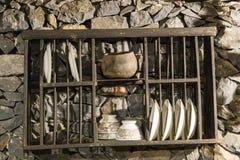 Koppen en schotels in verlaten boerderijla Gomera, Spanje Stock Fotografie