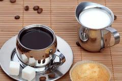 koppen för svart kaffe mjölkar muffinen Royaltyfria Foton